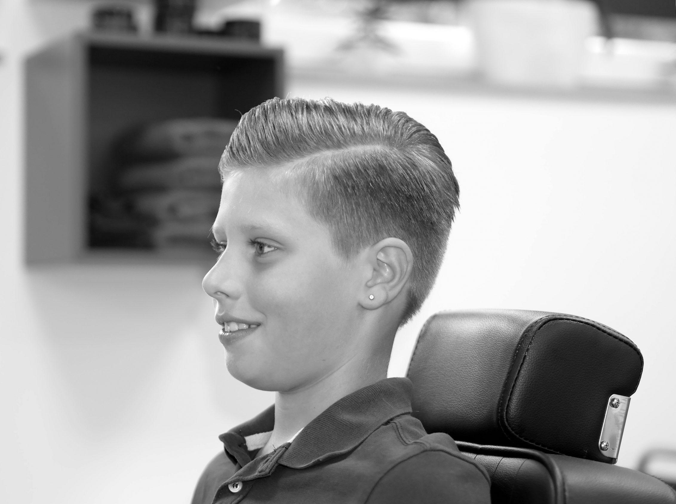 Der neue Haarschnitt im Profil.